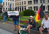 """DEU, Deutschland, Germany, Berlin, 29.08.2020: Revolutionäre mit Deutschlandfahne bei einer Demonstration von Gegnern der Corona-Maßnahmen. Kaum jemand hielt sich an die Auflagen, Mund-Nase-Bedeckung trug fast niemand, Abstandsregeln wurden nicht eingehalten. Die Initiative """"Querdenken"""" hatte zu den Protesten gegen die Corona-Maßnahmen der Regierung aufgerufen."""