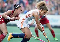 AMSTERDAM - Hockey - Maria Verschoor (Neth)  met Sam Quek (GB) .  Interland tussen de vrouwen van Nederland en Groot-Brittannië, in de Rabo Super Serie 2016 .  COPYRIGHT KOEN SUYK