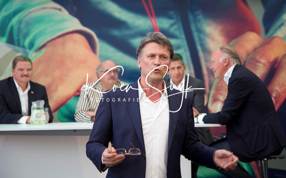 Den Haag - De Arubaanse premier Mike Eman bracht vandaag een bezoek aan het WK hockey waar hij in de stand van Sublime FM aan een paneldiscussie met de titel De tafel van de vooruitgang meedeed. Andere deelnemers was o.a.  KNHB directeur Johan Wakkie. Het geheel werd gepresenteerd door Bas Westerweel.  FOTO KOEN SUYk