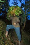 We met this farmer on one of our stops between Kigali and Volcano National Park. He was carrying a huge load on his head on his way up a steep hill, and still he was kind enough to stop to be photographed | Vi møtte denne bonden på en av våres stopp mellom Kigali og Volcano National Park. Han bar en stor bør på hodet på vei opp en bratt ås, men likevel var han snill og stoppet opp for å bli tatt bilde av.
