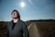 Peter Egger aus Langenthal steht am Startpunkt seiner Wanderung zu Fuss um die Welt. © Adrian Moser