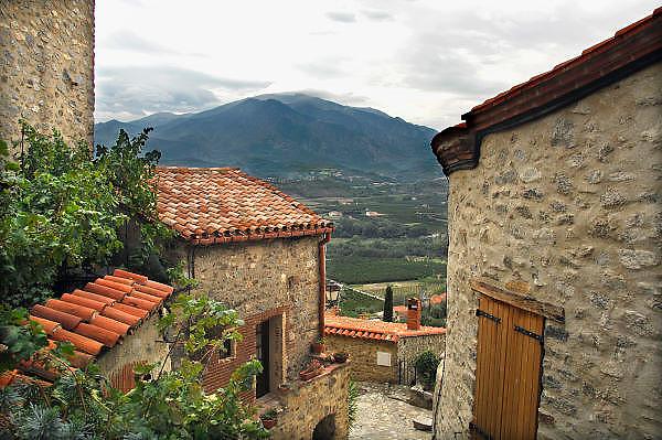 Frankrijk, Eus, 20-9-2008Romantisch doorkijkje op het landschap aan de voet van de pyreneen in de omgeving van Prades in zuid-frankrijkFoto: Flip Franssen