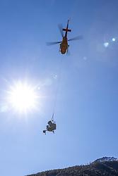 THEMENBILD - Transporthelikopter fliegt mit einer Schneekanone an einem Lastenseil ins Skigebiet Grossglocknerresort Kals Matrei. Kals am Mittwoch 14. Oktober 2020 // Transport helicopter flies with a snow cannon on a load rope to the ski resort Grossglocknerresort Kals Matrei. Kals on Wednesday 14 October 2020. EXPA Pictures © 2020, PhotoCredit: EXPA/ Johann Groder