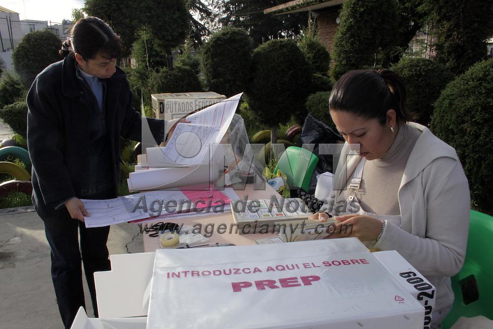 METEPEC, México.- Instalación de las casillas electorales para llevar a cabo las elecciones de presidentes municipales y diputados locales y federales. Agencia MVT / Crisanta Espinosa. (DIGITAL)
