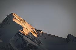 02.04.2020, Kaprun, AUT, Coronavirus in Österreich, im Bild der Gipfel des Kitzsteinhorn Gletschers und die Gipfelwelt 3000 bei Sonnenuntergang. Die Kapruner Gletscherbahnen mussten aufgrund des Coronavirus am 15. März ihren Betrieb einstellen // the summit of the Kitzsteinhorn glacier and the Gipfelwelt 3000 at sunset. The Kaprun glacier lifts had to close on 15 March due to the corona virus Pandemic in Kaprun, Austria on 2020/04/02. EXPA Pictures © 2020, PhotoCredit: EXPA/ JFK