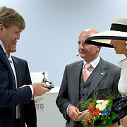 Koning en koningin bezoeken Nedersaksen. In het duitse Werlte krijgt het konuingspaar een rondleiding door het AUDI 3N Kompetenzzentrum<br /> <br /> King and Queen visit Niedersachsen. In the German Werlte the royal couple get a tour of the AUDI 3N Kompetenzzentrum<br /> <br /> Op de foto / On the photo: <br />  Koning Willem-Alexander met Peter F. Tropschuh, topman bij Audi AG en Hermann Pengg en Koningin Maxima<br /> <br /> <br /> King Willem-Alexander and Peter F. Tropschuh, chief executive of Audi AG and Hermann Pengg and Queen Maxima