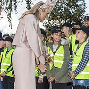 NLD/Hoogeveen/20190918 - Koningspaar brengt bezoek Zuid-west Drenthe, Koningin Maxima en koning Willem Alexander praten met kleine politie agentjes