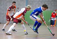 HEILOO - Erwin Kruisbrink (l) van Almere met Sjoerd de Wert van Kampong tijdens de competitiewedstrijd zaalhockey tussen de mannen van Kampong en Almere.    COPYRIGHT KOEN SUYK