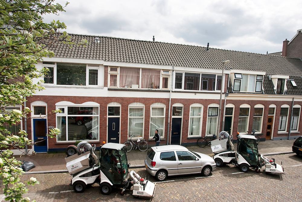 Een particulier bedrijf veegt de Leliestraat in Utrecht schoon. Door de staking bij de gemeente zijn de straten erg vies. Het vuilnis blijft wel staan