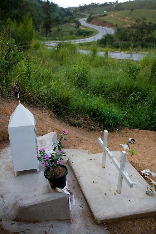 Oliveira_MG, Brasil...Cruz em homenagem a uma vitima de acidente na margem de uma rodovia...A cross in tribute of a victim in an accident next to a highway...Foto: LEO DRUMOND / NITRO