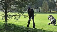 EEMNES - Moeilijke ligging onder een boom. Lie. Goyer Golf & Country Club. Copyright Koen Suyk