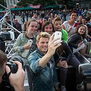 NLD/Maastricht/20140630 - TROS Muziekfeest op het Plein 2014 Maastricht, Tim Douwsam maakt selfie met fan's