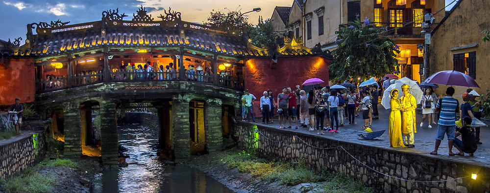 Aug 6, 2017 Hoi An Ancient Town, Nighttime wedding photoshoot at the Japanese bridge in Hoi An Ancient City.