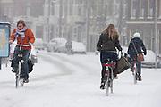 Fietsers ploeteren door de sneeuw in Utrecht.<br /> <br /> Cyclists are riding in the snow.