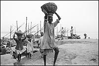 Inde - Uttar Pradesh - Ville sainte de Bénares (Varanasi) -Déchargement du sable des navires, bord du Gange. // India. Uttar Pradesh. Holy City of Benares (Varanasi). Ganga.