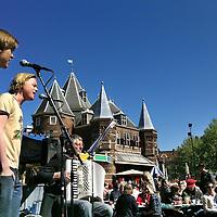 Nederland, Amsterdam , 1 mei 2011..Tradititioneel de dag na Koninginnendag is er een groot ontbijt op de Nieuwmarkt voornamelijk voor buurtbewoners vergezeld door Amsterdamse liederen.Foto:Jean-Pierre Jans