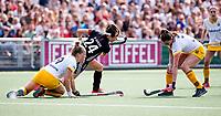 AMSTELVEEN - Eva de Goede (A'dam) met Lieke Hulsen (Den Bosch) en rechts Lidewij Welten (Den Bosch)  tijdens de finale van de play-offs om de landstitel in het Wagener stadion, tussen Amsterdam en Den Bosch (1-4). Den Bosch kampioen  COPYRIGHT KOEN SUYK