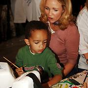 NLD/Amsterdam/20051109 - Opening van de NSGK-week, BN'ers beschilderen collectebussen, Esther Blinker - Kreukniet en zoon