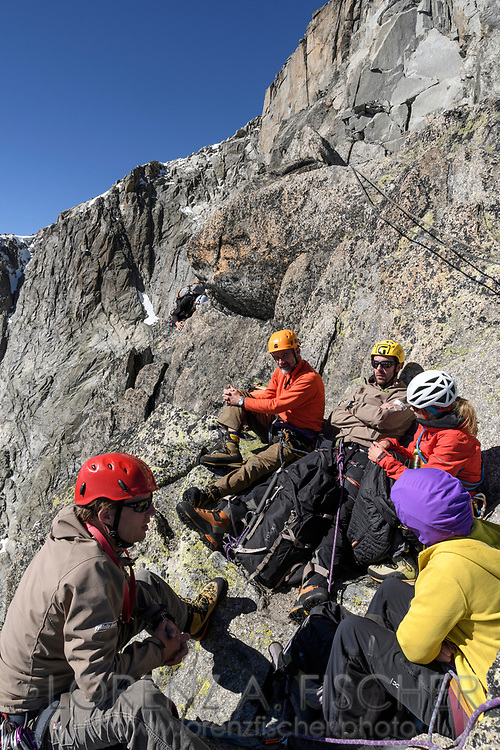 Alpinisten rasten auf dem SE-Grat des Galenstocks, Furka, Uri, Schweiz<br /> <br /> Alpinists are having a break on the SE-Ridge of the Galenstock , Furka, Uri, Switzerland