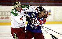 Ishockey<br /> GET-Ligaen<br /> 18.09.07<br /> Jordal Amfi<br /> Vålerenga VIF - Frisk Asker Tigers<br /> Cameron Abbott og Kenneth Larsen i duell<br /> Foto - Kasper Wikestad