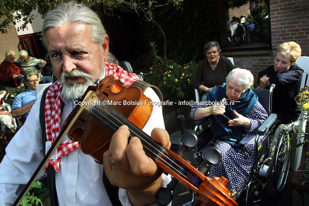 vught,violist willem antonisse van de liederentafel meijerei en andere muzikanten vermaken de bewoners van reinier van arkel.