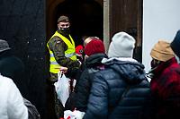 Bialystok, 24.12.2020. Wigilia Caritas dla osob samotnych, bezdomnych i potrzebujacych. Organizatorzy przygotowali ok. 600 paczek, ktore wydawali wolontariusze wspierani przez Grupe Ratownicza Nadzieja oraz Wojska Obrony Terytorialnej N/z paczki wydawane byly przez zolnierzy WOT i wolontariuszy Grupy Ratowniczej Nadzieja fot Michal Kosc / AGENCJA WSCHOD