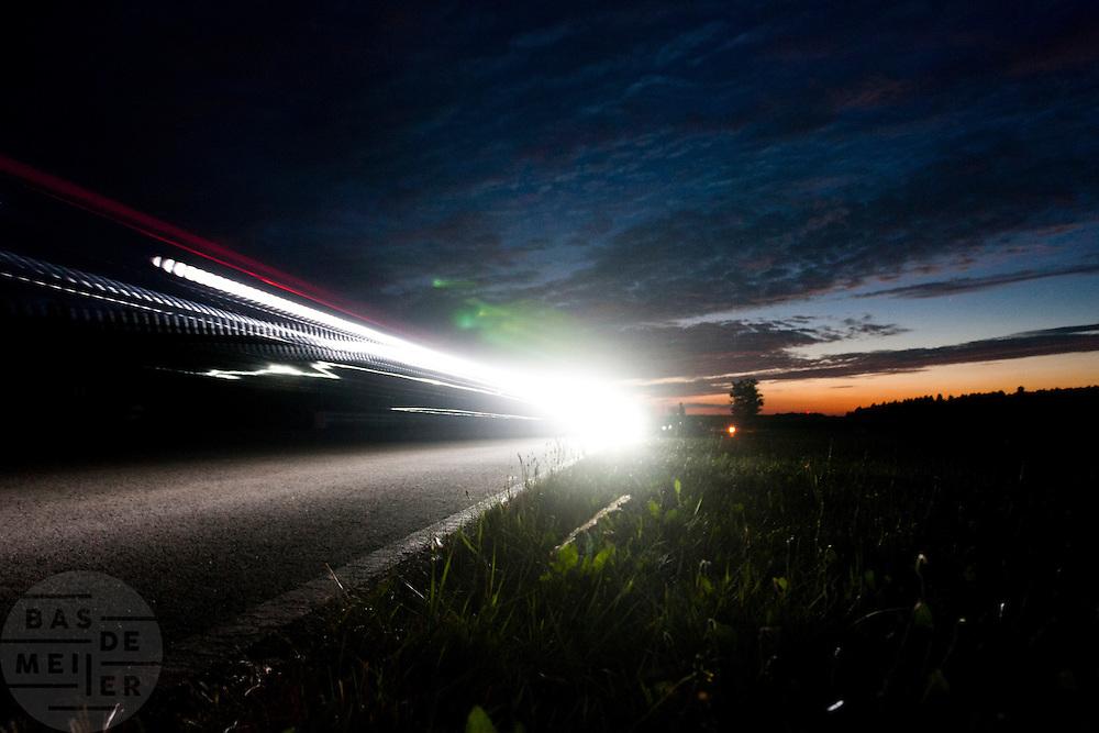 Een deelnemer racet in de vroege ochtend verder in de 24 uursrace<br /> <br /> One of the competitors is racing in the early morning