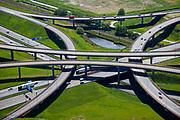 Nederland, Zuid-Holland, Den Haag, 12-05-2009; hart van het knooppunt Prins Clausplein. Het verkeersplein, een sterknooppunt, heeft vier verschillende lagen en de verschillende rijbanen van A4 en A12 vormen een ongelijkvloerse kruising. De waterpartij is speciaal aangelegd zodat het water gebruikt kan worden bij brand en andere calamiteiten. The Prins Claus Plein junction shaped like a star is a  roundabout at separate levels. The water is used in case of fire or other urgencies. Swart collectie, luchtfoto (toeslag); Swart Collection, aerial photo (additional fee required)<br /> foto Siebe Swart / photo Siebe Swart