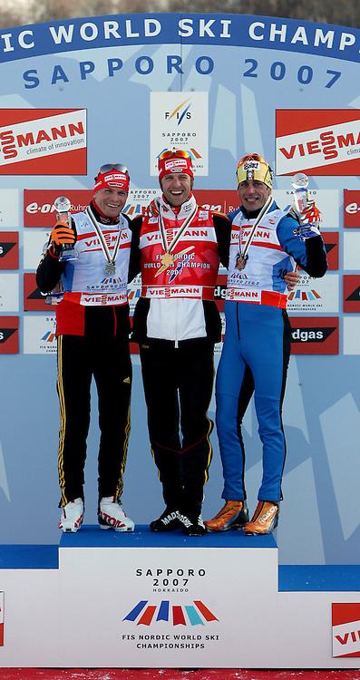Sapporo , 240207 , Nordische Ski Weltmeisterschaft  Langlauf Verfolgung Maenner ,  Tobias ANGERER (GER) Silbermedaile , Daneben der Sieger Axel TEICHMANN (GER) mit Gold und Pietro PILLER COTTRER (ITA) mit Bronze