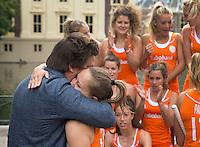 DEN HAAG - Teamfoto . Max Caldas omhelst de jarige Kelly Jonker.  Het Nederlands dames hockeyteam poseerde vanmorgen voor de officiele teamfoto, naar aanloop van het WK , bij de Hofvijver en het Binnenhof. Er werden uiteraard ook veel selfies gemaakt. FOTO KOEN SUYK