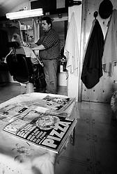 """""""Salento on Street"""".e? un lavoro fotografico che ha come oggetto scene quotidiane, che avvengono in strada o in luoghi pubblici salentini...Scena ripresa in un salone da Barba"""