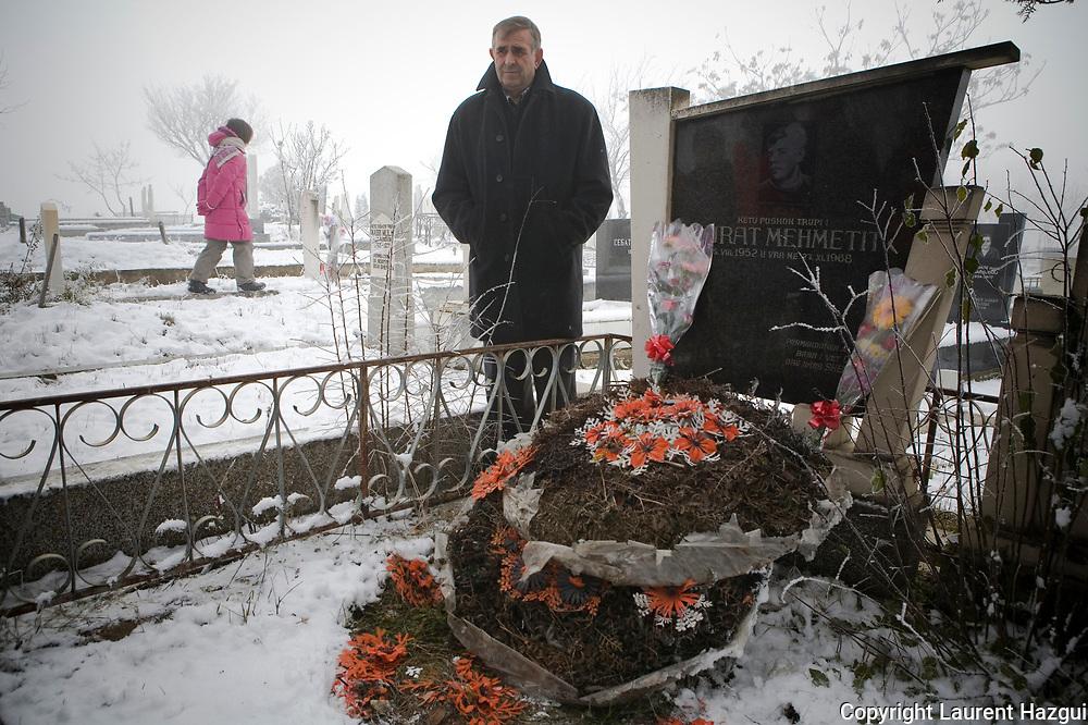 Banlieue de Pishtina. 27122007. Commémoration du 39ème anniversaire de la mort de Murat Mehmeti - avec sa famille - qui fut tué en 1968 par des policiers serbes, pendant une manifestation, en face de la prison de Prishtina, demandant la libération de plusieurs militants revendiquant le même statut pour les  Albanais que les autres peuples de l'ex-Yougoslavie. Parmi les emprisonnés, Adem Demaçi et Hazir Shala, célèbres militants de la cause albanaise. Les années 60 marquent le début du mouvement nationaliste albanais du kosovo.