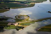 landschapskunstwerk De Wassende Maan van kunstenaar Paul de Kort: afhankelijk van het getij staan de spiralen van het labyrint meer of minder onder water. Het kunstwerk ligt in polder de Noordwaard in de Biesbosch. In het kader van Ruimte voor de Rivier' (bescherming tegen hoogwater door rivierverruiming) is de dijk van de Merwede gedeeltelijke afgraven (onder in beeld). Doel is het maken van een doorstroomgebied (naar rechtsboven),  bij hoge waterstanden zal het water van de Nieuwe Merwede afgeleid worden en zo westelijk naar het Hollandsch Diep afgevoerd worden. De kans op overstromingen (in de bovenloop) is hierdoor kleiner..Landart from artist Paul de Kort, Growing Moon: depending on the height of the tide, the spiral willl be more or less visible. The art work lies in Polder Noordwaard (part of Biesbosch National Park), part of the program 'Space for the River' (protection against high water by means of creating space for rivers). The former polder can store water and allows the river to flood more easily downstream. These measures dimishes the risk of floods further upstream at high water in the winter..Swart collectie, luchtfoto (25 procent toeslag); Swart Collection, aerial photo (additional fee required).foto Siebe Swart / photo Siebe Swart