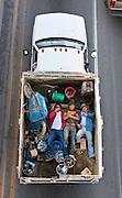 Este proyecto presenta una visión peculiar de cómo el car-pooling es practicado<br /> <br /> por trabajadores en México. Me interesaba documentar dicha práctica porque<br /> <br /> echa luz sobre las consecuencias del crecimiento desmedido de nuestras<br /> <br /> ciudades. Vivir en colonias nuevas resulta una contradicción para muchos de<br /> <br /> sus habitantes. Si bien es cierto que logran hacerse de un patrimonio, el costo<br /> <br /> de vivir ahí y de mantener el lugar es altísimo. Estas imágenes son por último<br /> <br /> una reflexión sobre las condiciones de trabajo de muchos mexicanos y su<br /> <br /> invisibilidad en una sociedad en crisis.