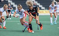 AMSTELVEEN -   Maria Verschoor (Amsterdam) met Shona Mccallin (Oranje Rood) tijdens de hockey hoofdklasse competitiewedstrijd  dames, Amsterdam-Oranje Rood (3-0).  COPYRIGHT KOEN SUYK