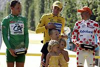 Sykkel<br /> Tour de France 2005<br /> 21. etappe<br /> 24.07.2005<br /> Foto: PhotoNews/Digitalsport<br /> NORWAY ONLY<br /> <br /> Lance Armstrong - op het podium met zijn kinderen Luke, Grace en Isabelle -  Michael Rasmussen (Rabobank) - Thor Hushovd