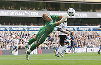 Fotball<br /> England<br /> Foto: Colorsport/Digitalsport<br /> NORWAY ONLY<br /> <br /> 14.08.2010<br /> Football - Joe Hart (City) makes a finger tip save. Tottenham Hotspur v Manchester City 14/08/2010