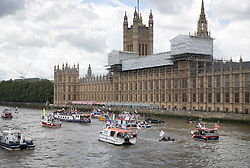 © Licensed to London News Pictures. 15/06/2016. London, UK. Vote Leave and EU remain campaigners converge on the Thames near Parliament. Photo credit: Peter Macdiarmid/LNP