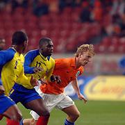 NLD/Amsterdam/20060301 - Voetbal, oefenwedstrijd Nederland - Ecuador, Dirk Kuyt in duel met Geovanny Espinoza