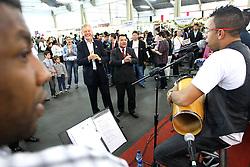 O candidato à reeleição pelo PDT em Porto Alegre, José Fortunati, tira fotos com eleitores durante visita ao bazar da Catedral Igreja Universal. FOTO: Jefferson Bernardes/Preview.com