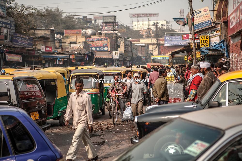2007 01 29 Delhi India <br /> Paharganj Main Bazar<br /> Nere vid New Delhi railway station är det trafik kaos bilar rickshaws och cyklar i en salig blandning<br /> <br /> ----<br /> FOTO : JOACHIM NYWALL KOD 0708840825_1<br /> COPYRIGHT JOACHIM NYWALL<br /> <br /> ***BETALBILD***<br /> Redovisas till <br /> NYWALL MEDIA AB<br /> Strandgatan 30<br /> 461 31 Trollhättan<br /> Prislista enl BLF , om inget annat avtalas.