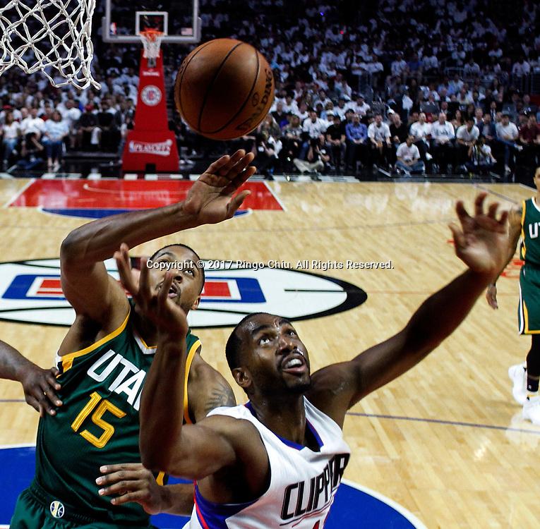 新华社照片,洛杉矶(美国),2017年4月30日<br /> (体育)()篮球——NBA:洛杉矶快船队对阵犹他爵士队<br /> 4月30日。当日, 犹他爵士队球员德里克-费弗斯(左)与洛杉矶快船队球员卢克-理查德-巴莫特在比赛中争抢篮板球。当日,在2016-2017赛季NBA季后赛首轮第七场比赛中,洛杉矶快船队主场以91比104不敌犹他爵士队,并以总场数3比4无缘晋级第二轮决赛。新华社发 (赵汉荣摄)<br /> (Photo by Ringo Chiu/PHOTOFORMULA.com)<br /> <br /> Usage Notes: This content is intended for editorial use only. For other uses, additional clearances may be required.