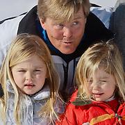 AUD/Lech/20110219 - Fotosessie Nederlandse Koninklijke Familie 2011 op wintersport in Lech, Willem Alexander en kinderen Amalia,  Alexia