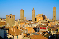Italie, Emilie-Romagne, Bologne, vue generale sur les tours de la ville // Italy, Emilia-Romagna, Bologna, cityscape on the towers of the town
