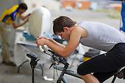 Jan Bos traint, terwijl zijn zwaarbeschadigde fiets wordt hersteld na zijn van op de vierde racedag van de WHPSC. In Battle Mountain (Nevada) wordt ieder jaar de World Human Powered Speed Challenge gehouden. Tijdens deze wedstrijd wordt geprobeerd zo hard mogelijk te fietsen op pure menskracht. Ze halen snelheden tot 133 km/h. De deelnemers bestaan zowel uit teams van universiteiten als uit hobbyisten. Met de gestroomlijnde fietsen willen ze laten zien wat mogelijk is met menskracht. De speciale ligfietsen kunnen gezien worden als de Formule 1 van het fietsen. De kennis die wordt opgedaan wordt ook gebruikt om duurzaam vervoer verder te ontwikkelen.<br /> <br /> Jan Bos trains while his heavily damaged bike is being repared after his crash on the fourth day of the WHPSC. In Battle Mountain (Nevada) each year the World Human Powered Speed Challenge is held. During this race they try to ride on pure manpower as hard as possible. Speeds up to 133 km/h are reached. The participants consist of both teams from universities and from hobbyists. With the sleek bikes they want to show what is possible with human power. The special recumbent bicycles can be seen as the Formula 1 of the bicycle. The knowledge gained is also used to develop sustainable transport.