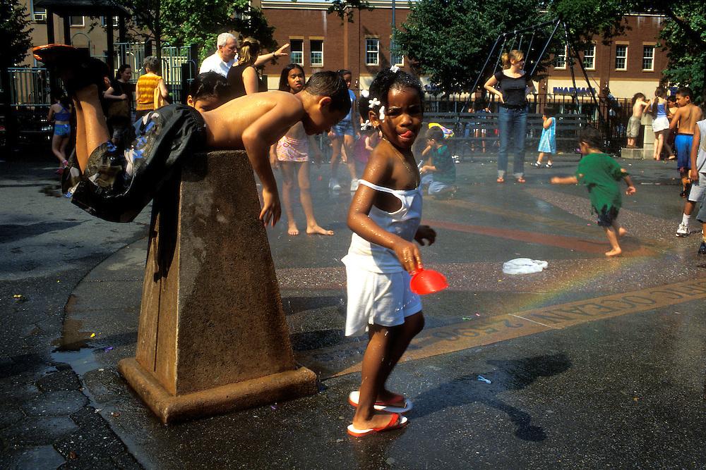 EEUU. Nueva York.<br /> Niños jugando con una fuente de agua en el barrio de Harlem.<br /> <br /> ©JOAN COSTA