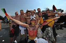 03.07.2010, Hyundai Fan Park, Hamburg, GER, FIFA Worldcup, Puplic Viewing Deutschland vs Argentinien  im Bild Fans mit Deutschland-Outfit .Foto ©  nph /  Witke