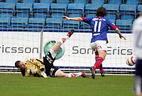 Fotball , 03 april 2006 , Tippeligaen , Vålerenga - Viking 1-0,  Her scorer Morten Berre , Vålerenga på  Anthony Basso , Viking