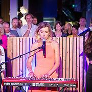 NLD/Amsterdam/20160705 - Boekpresentatie Huidpijn van Sakia Noort, optreden Julia Noort