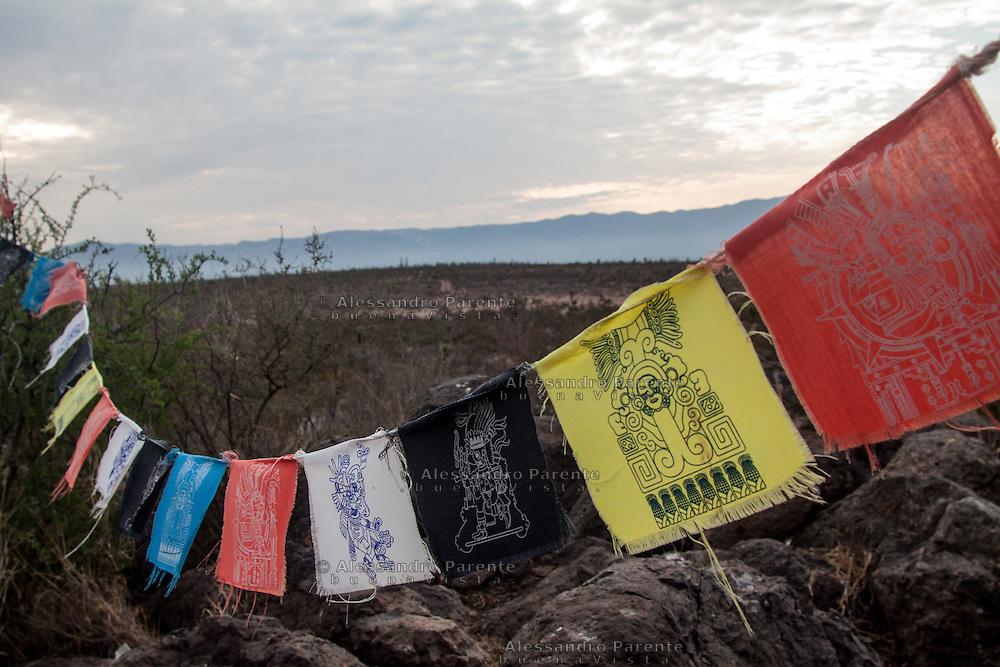 """Alcuni simboli dell'etnia huichol decorano l'altare delle offerte, nella collina del """"vernalejo""""<br /> Some huchol symbols decorate the offers mountain called """"vernalejo"""""""